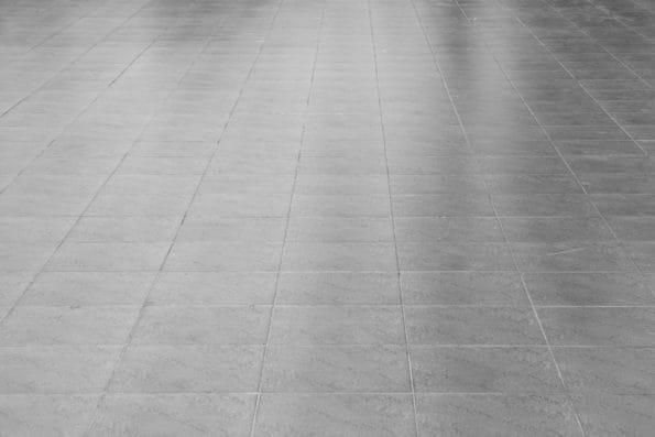 čištění podlahy v bance