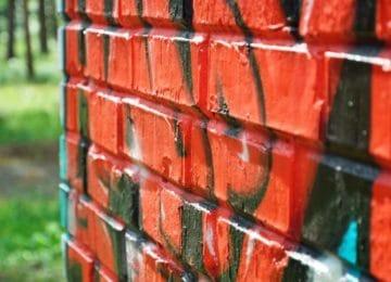 Pomocí čeho se zbavit graffiti na naší zdi